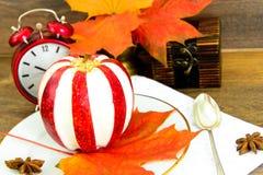 Яблоко заполнило с едой плавленого сыра диетической стоковая фотография rf