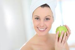 яблоко - зеленый детеныш женщины портрета удерживания Стоковая Фотография