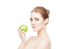 яблоко - зеленый детеныш женщины портрета удерживания Стоковое Фото
