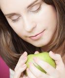 яблоко - зеленый детеныш женщины портрета Стоковые Изображения