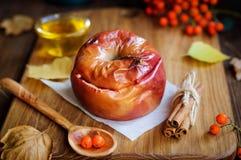 Яблоко испекло с медом Стоковые Фотографии RF