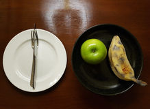 Яблоко и банан на плите Стоковая Фотография RF