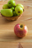 Яблоко и груши на плите Стоковые Изображения