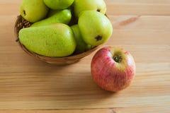 Яблоко и груши на плите Стоковые Изображения RF