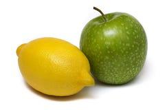 Яблоко и лимон изолированные на белой предпосылке Стоковая Фотография RF