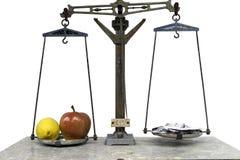 Яблоко и лимон на масштабе с лекарствами в белой предпосылке Стоковое Фото