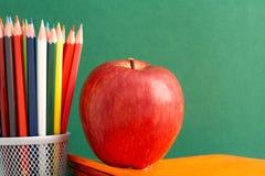 Яблоко и карандаши стоковые изображения rf