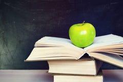 Яблоко и книга Стоковые Фото
