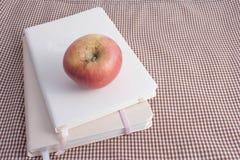 Яблоко и книги Стоковые Фото