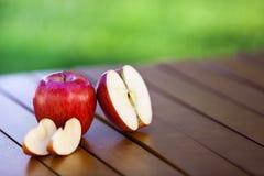 Яблоко и куски на таблице Стоковое фото RF