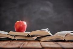 Яблоко и куча книг Стоковые Изображения RF