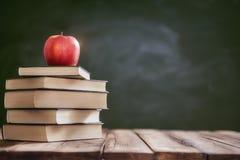 Яблоко и куча книг Стоковая Фотография RF