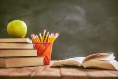 Яблоко и куча книг Стоковое Фото
