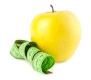 Яблоко и метр стоковые фото