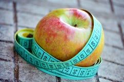 Яблоко и метр Стоковое Фото