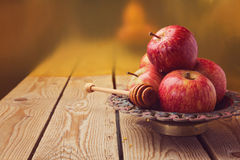 Яблоко и мед на деревянном столе для еврейского торжества hashana Rosh (Нового Года) Стоковые Изображения