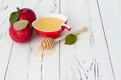 Яблоко и мед, традиционная еда еврейского Нового Года - Rosh Hashana Предпосылка Copyspace Стоковые Фотографии RF