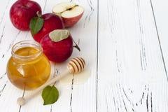 Яблоко и мед, традиционная еда еврейского Нового Года - Rosh Hashana Предпосылка Copyspace Стоковые Изображения RF