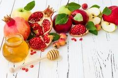 Яблоко и мед, традиционная еда еврейского Нового Года - Rosh Hashana Скопируйте предпосылку космоса Стоковое фото RF
