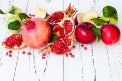 Яблоко и мед, традиционная еда еврейского Нового Года - Rosh Hashana Скопируйте предпосылку космоса Стоковые Изображения RF