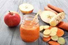 Яблоко и smoothie морковей Стоковое Изображение