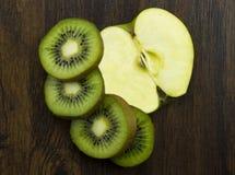 Яблоко кивиа красиво аранжировало свежие сочные витамины тропические на древесине Стоковые Фотографии RF
