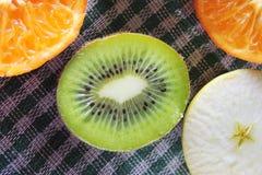 Яблоко, киви и tangerines Стоковые Изображения RF