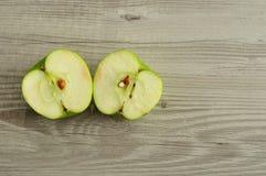 Яблоко которое отрезано в 2 половинах стоковое изображение rf