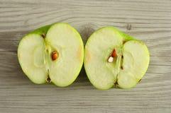 Яблоко которое отрезано в 2 половинах стоковые изображения rf