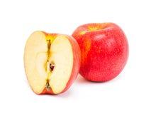 Яблоко красное определяет и половина изолированная на белой предпосылке Стоковое Изображение RF
