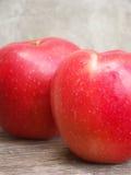 Яблоко 2 красных цветов на деревянной таблице Стоковое фото RF