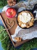 Яблоко крошит и cream сваренный с влюбленностью вертикально Стоковые Фотографии RF