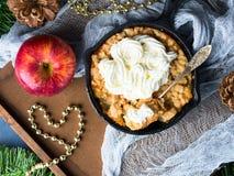 Яблоко крошит с сливк как десерт рождества Взгляд сверху Стоковые Фото