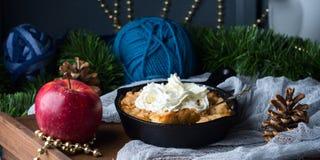 Яблоко крошит с сливк как десерт рождества знамена Стоковые Изображения