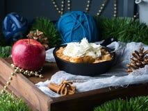 Яблоко крошит с сливк как десерт рождества сделанный домом Стоковые Фотографии RF