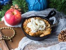 Яблоко крошит с сливк как десерт рождества сделанный домом Стоковое Фото