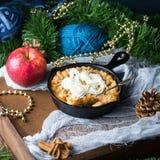 Яблоко крошит с сливк как десерт рождества сделанный домом Стоковая Фотография