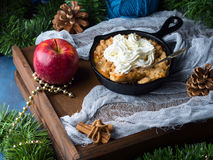 Яблоко крошит с сливк как десерт рождества Стоковые Изображения RF