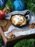 Яблоко крошит с сливк для вертикали завтрака праздника Стоковая Фотография