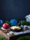 Яблоко крошит с cream темным натюрмортом Вертикальный космос экземпляра Стоковое фото RF