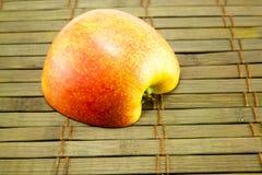 Яблоко на старом деревянном поле Стоковое Изображение