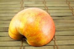 Яблоко на старом деревянном поле Стоковые Фотографии RF