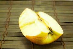 Яблоко на старом деревянном поле Стоковое Изображение RF