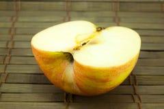 Яблоко на старом деревянном поле Стоковое Фото