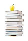 Яблоко на стоге книги Стоковое Изображение RF