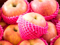 Яблоко обернуло с сетью плодоовощ пены, отборным фокусом Стоковое фото RF