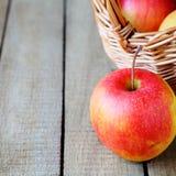Яблоко около корзины Стоковые Фото