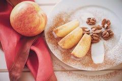 Яблоко отрезано в клин с циннамоном стоковое изображение