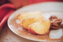 Яблоко отрезано в клин с циннамоном стоковая фотография rf