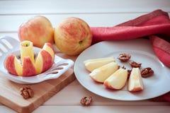 яблоко отрезано в клин стоковые фотографии rf